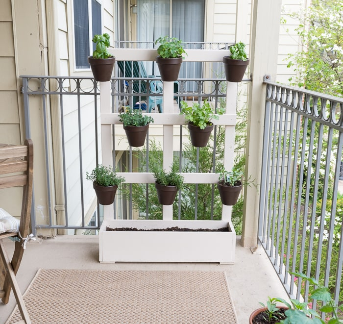 Make a vertical balcony garden...what a great way to maximize space to create an awesome garden on a balcony!