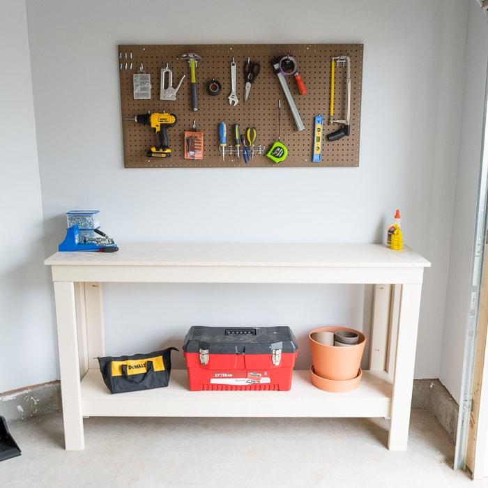 DIY two-level workbench plans #buildplans #diy #kregtool #pocketholes #woodworking