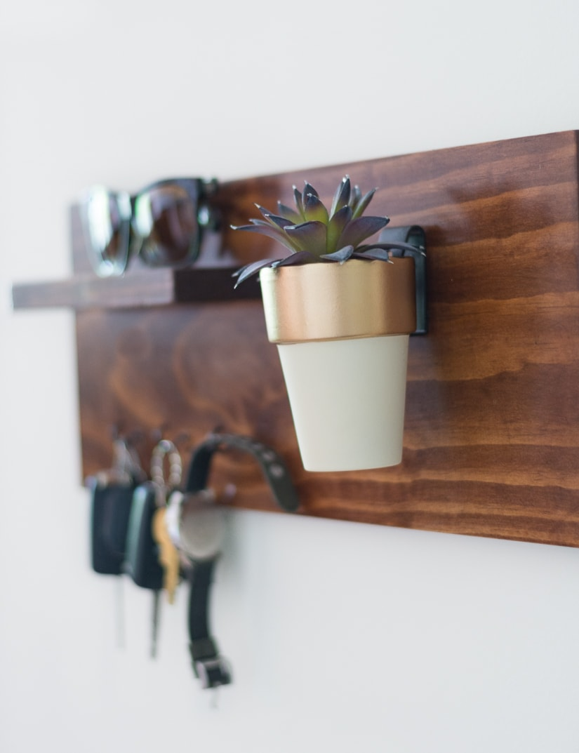 Make a hanging wooden key holder or key rack! This is a great project for scrap wood. It looks so good hanging in my entry way!