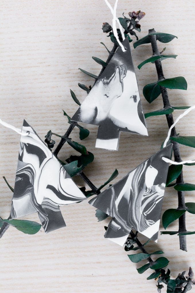 DIY Monochrome Marbled Tree Ornaments #christmasornaments #christmascrafts #christmas #diyornaments #polymerclay #monochrome #modern #scandiinspired