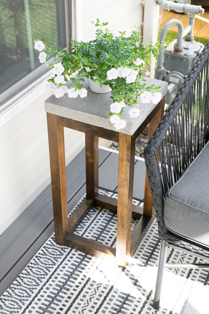 concrete paver outdoor side table #buildplans #diy #kregtool #pocketholes #woodworking