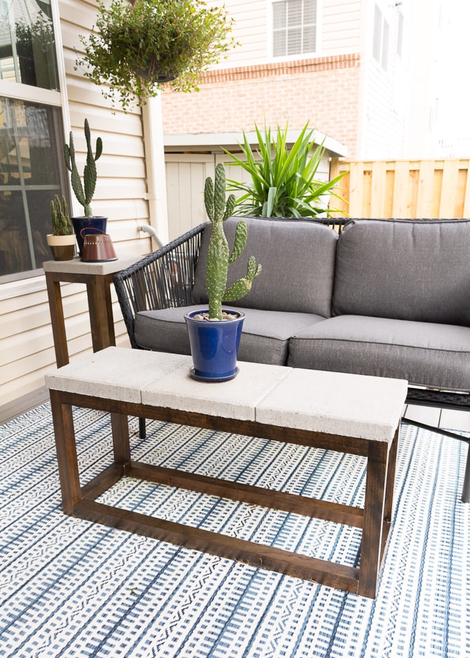 DIY concrete Paver Outdoor Coffee Table #buildplans #diy #kregtool #pocketholes #woodworking
