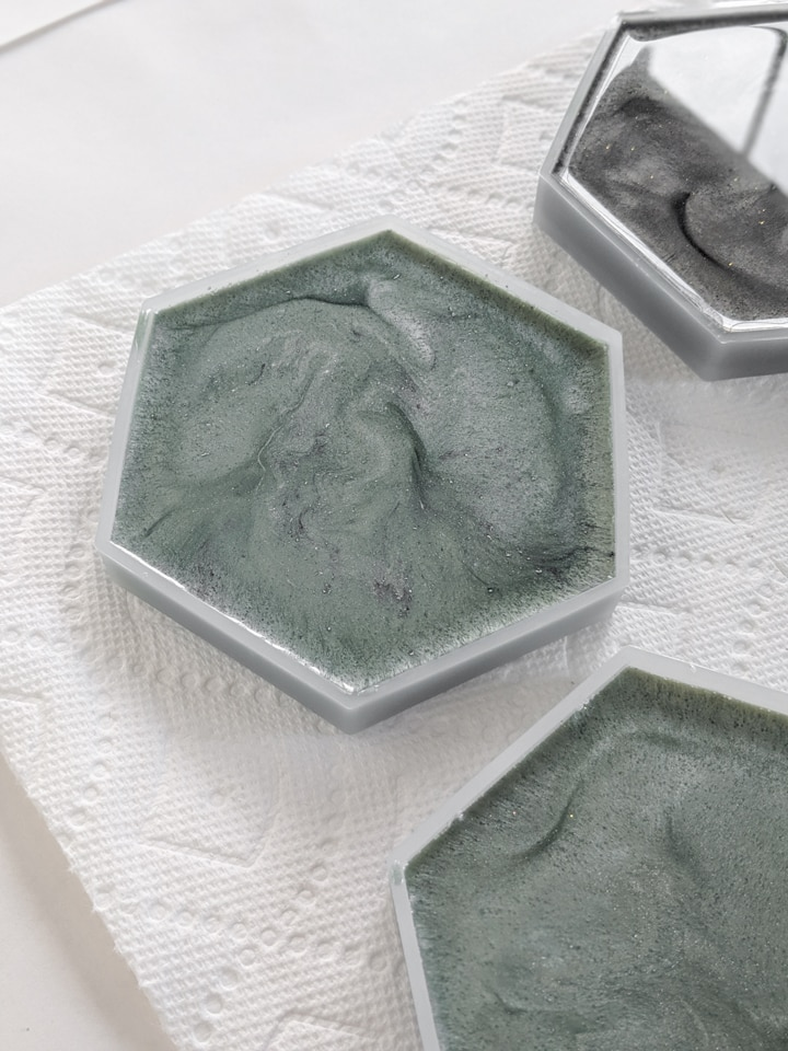 popping bubbles in resin in a mold