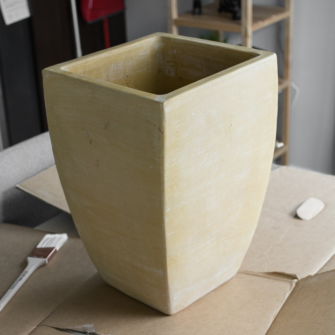 Today I'm chatting about using Thompson's Waterseal Clear Multi-Surface Waterprooferto seal clay pots before painting them and using them for planting outside.