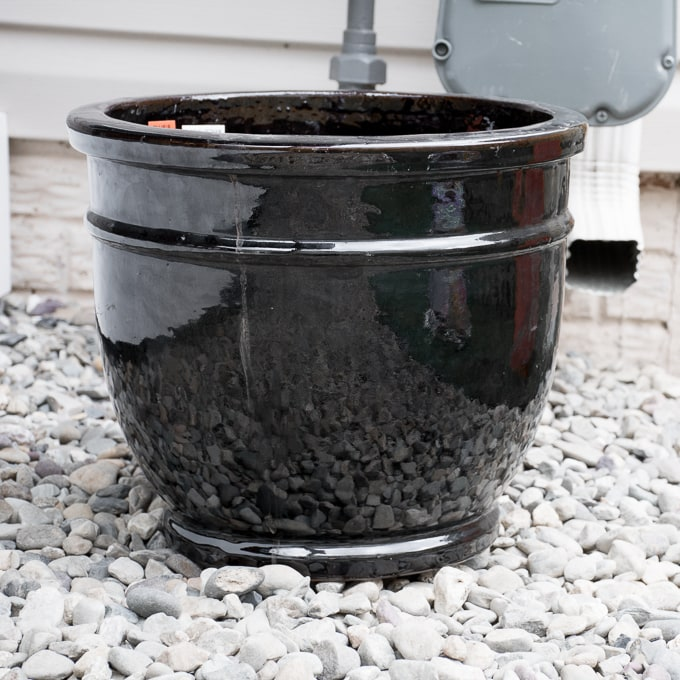 Today I'm chatting about using Thompson's Waterseal Clear Multi-Surface Waterproofer to seal clay pots before painting them and using them for planting outside.